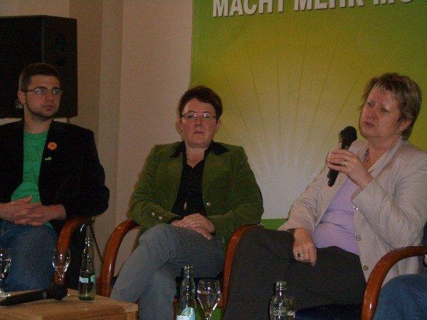 Silvia Löhrmann (r.) gemeinsam mit S. Hiller (l.) und M. Klatt (m.)